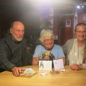Die Gewinnerin des 1. Preises, Louise Hänni von Freudwil, bei der Preisübergabe mit Suzanne Gartmann, Initiantin des Kleinjogg-Festes und Otto Schmid, Präsident Kleinjogg Kulturverein